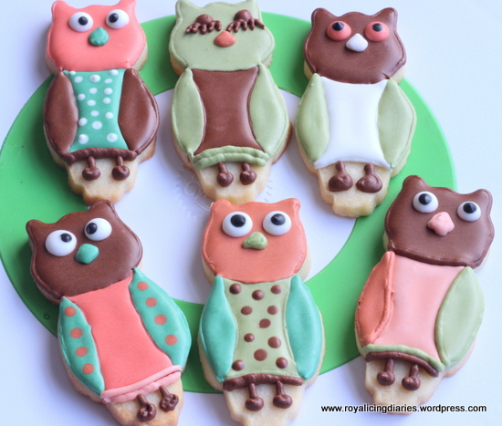 Decorating owl cookies